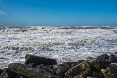 Θυελλώδη τεράστια κύματα θάλασσας που σπάζουν κοντά στην ακτή Στοκ εικόνες με δικαίωμα ελεύθερης χρήσης