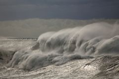 Θυελλώδη ψεκάζοντας κύματα Στοκ Φωτογραφία