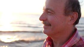Θυελλώδεις ημέρες φθινοπώρου που χαλαρώνουν στην ακτή φιλμ μικρού μήκους