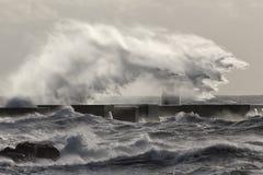 Θυελλώδεις παφλασμός και ψεκασμός κυμάτων θάλασσας Στοκ φωτογραφίες με δικαίωμα ελεύθερης χρήσης