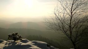 Θυελλώδης άποψη χειμερινού πρωινού στην ανατολή με την πορτοκαλιά ανατολή. Χαραυγή στους βράχους απόθεμα βίντεο