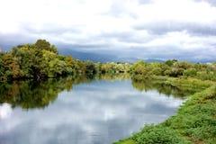 Θυελλώδης αντανακλαστικός ποταμός στοκ εικόνα