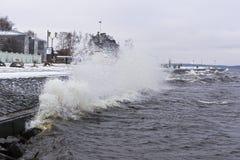 Θυελλώδης αποβάθρα λιμνών το χειμώνα Στοκ εικόνα με δικαίωμα ελεύθερης χρήσης