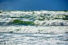 θυελλώδης γαλαζοπράσινη θάλασσα Στοκ Εικόνες