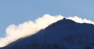 Θυελλώδης ημέρα στην κορυφή των βουνών απόθεμα βίντεο
