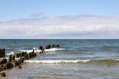 Θυελλώδης θάλασσα και ο παλαιός κυματοθραύστης Στοκ Φωτογραφίες