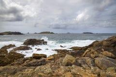 Θυελλώδης θάλασσα στον κόλπο κόλασης, Bryher, νησιά Scilly, Αγγλία στοκ εικόνες