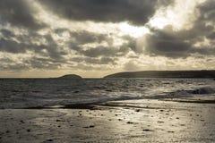 Θυελλώδης θάλασσα στο seaton με το υπόβαθρο νησιών looe Στοκ Εικόνα