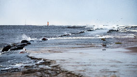 Θυελλώδης θάλασσα το χειμώνα με την άσπρη συντριβή κυμάτων Στοκ Φωτογραφία