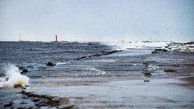 Θυελλώδης θάλασσα το χειμώνα με την άσπρη συντριβή κυμάτων Στοκ εικόνα με δικαίωμα ελεύθερης χρήσης