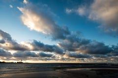 Θυελλώδης θάλασσα το χειμώνα με την άσπρη συντριβή κυμάτων Στοκ Εικόνες