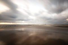 Θυελλώδης θάλασσα το χειμώνα με την άσπρη συντριβή κυμάτων exposure long Στοκ Εικόνες