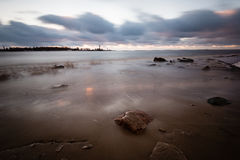 Θυελλώδης θάλασσα το χειμώνα με την άσπρη συντριβή κυμάτων exposure long Στοκ Εικόνα