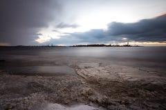 Θυελλώδης θάλασσα το χειμώνα με την άσπρη συντριβή κυμάτων exposure long Στοκ φωτογραφία με δικαίωμα ελεύθερης χρήσης