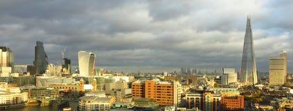 Θυελλώδης ουρανός οριζόντων του Λονδίνου πανοραμικός Στοκ Εικόνα