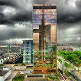 Θυελλώδης ουρανός πέρα από την πόλη Στοκ Φωτογραφίες