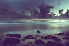 Θυελλώδης ουρανός που πλησιάζει την παραλία πετρών Στοκ εικόνες με δικαίωμα ελεύθερης χρήσης