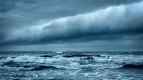 Θυελλώδης τραχιά θάλασσα Δραματικός σκοτεινός ουρανός Cloudscape απόθεμα βίντεο