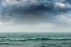 Θυελλώδη έντονα σκοτεινά σύννεφα πέρα από τον ωκεανό Στοκ Φωτογραφίες