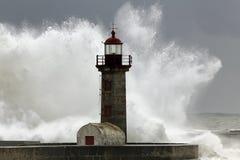 Θυελλώδη κύματα πέρα από τον παλαιό φάρο Στοκ Φωτογραφίες