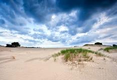 Θυελλώδη σύννεφα πέρα από τον αμμόλοφο άμμου Στοκ φωτογραφία με δικαίωμα ελεύθερης χρήσης
