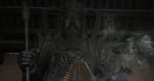 Θυμίαμα και άγαλμα του πολεμιστή Bai Dinh στο ναό, Βιετνάμ απόθεμα βίντεο