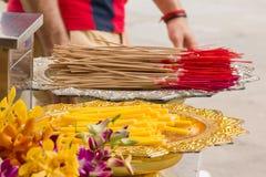Θυμίαμα και κεριά για οι Θεοί Phan στοκ φωτογραφία