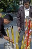 Θυμίαμα καψίματος ατόμων Po Lin στο μοναστήρι Στοκ φωτογραφία με δικαίωμα ελεύθερης χρήσης