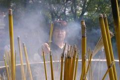 Θυμίαμα καψίματος γυναικών Po Lin στο μοναστήρι Στοκ Φωτογραφίες