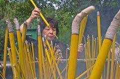 Θυμίαμα καψίματος γυναικών Po Lin στο μοναστήρι Στοκ εικόνες με δικαίωμα ελεύθερης χρήσης
