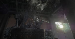 Θυμίαμα καψίματος και άγαλμα πολεμιστών Bai Dinh στο ναό, Βιετνάμ απόθεμα βίντεο