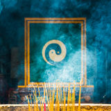 Θυμίαμα καψίματος με το σύμβολο Yin Yang Στοκ Εικόνες
