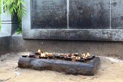 Θυμίαμα καψίματος σε έναν βουδιστικό ναό Στοκ φωτογραφίες με δικαίωμα ελεύθερης χρήσης