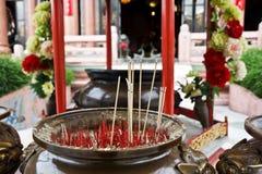 Θυμίαμα καψίματος στον κινεζικό ναό Στοκ φωτογραφία με δικαίωμα ελεύθερης χρήσης