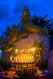 Θυμίαμα καψίματος στον ταϊλανδικό ναό Στοκ Εικόνα