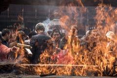 Θυμίαμα που προσφέρει σε Jing έναν βουδιστικό ναό, Σαγκάη Στοκ εικόνα με δικαίωμα ελεύθερης χρήσης