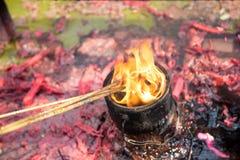 Θυμίαμα προσευχής καψίματος σε έναν βουδιστικό ναό Στοκ Φωτογραφία
