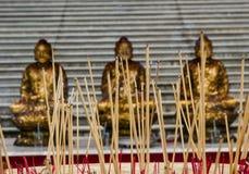 Θυμίαμα στην εικόνα του Βούδα στοκ εικόνα με δικαίωμα ελεύθερης χρήσης