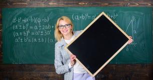 Θυμηθείτε αυτές τις πληροφορίες Δασκάλων έξυπνο χαμόγελου γυναικών λαβής διάστημα αντιγράφων διαφημίσεων πινάκων κενό κίτρινο σας στοκ εικόνες με δικαίωμα ελεύθερης χρήσης