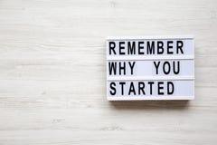 ` Θυμηθείτε γιατί αρχίσατε τις λέξεις ` στο lightbox πέρα από το άσπρο ξύλινο υπόβαθρο, άνωθεν στοκ εικόνες