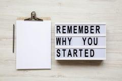` Θυμηθείτε γιατί αρχίσατε τις λέξεις ` στο lightbox, noticeboard, μολύβι πέρα από το άσπρο ξύλινο υπόβαθρο, άνωθεν στοκ φωτογραφία