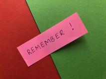 Θυμηθείτε, γραπτός σε ρόδινο χαρτί στοκ εικόνα με δικαίωμα ελεύθερης χρήσης
