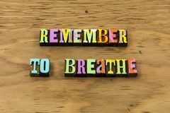 Θυμηθείτε ότι αναπνεύστε το ευτυχές χαμόγελο χαλαρώνει απολαμβάνει letterpress το απόσπασμα στοκ εικόνα