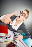 Θυμωμένη κυρία γραφείων που κάνει τη χειρονομία Στοκ Φωτογραφίες