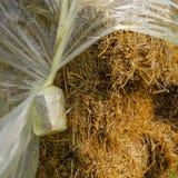 Θυμωνιά χόρτου που καλύπτεται με το φύλλο αλουμινίου Στοκ Εικόνες