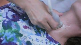 Θυροειδής και Parathyroid υπέρηχος Ο γιατρός κάνει τις δοκιμές υπερήχου την unrecognizable γυναίκα απόθεμα βίντεο