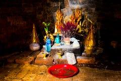 Θυσία με τα λουλούδια και θυμίαμα στο μυστήριο αρχαίο παλαιό ναό Phnom Krom στοκ εικόνες