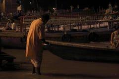 Θυσία στον ποταμό του Γάγκη τη νύχτα στοκ φωτογραφία