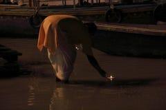 Θυσία στον ποταμό του Γάγκη τη νύχτα στοκ φωτογραφίες