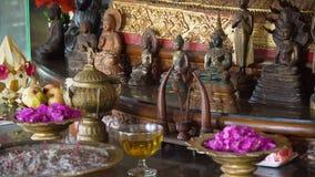 Θυσίες και θυμίαμα σε έναν βουδιστικό ναό Στοκ Φωτογραφίες